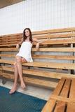 женщина стенда кавказская милая сидя Стоковая Фотография RF