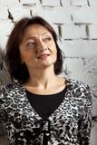женщина стены стойки кирпича возмужалая близкая Стоковое Изображение RF