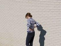 женщина стены тени кирпича Стоковые Изображения