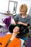 женщина стилизатора волос моя стоковое изображение rf