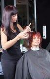 женщина стилизатора салона волос вырезывания Стоковая Фотография