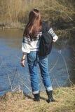 Женщина стоит близко река, мягкая предпосылка фокуса Стоковая Фотография RF