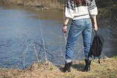 Женщина стоит близко река, мягкая предпосылка фокуса Стоковые Фотографии RF