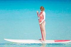 Женщина стоит вверх paddleboarding Стоковая Фотография RF