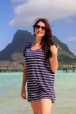 Женщина стоит на пляже тропического курорта Стоковое фото RF