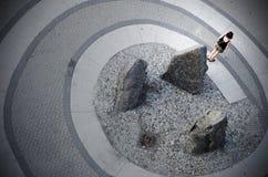 Женщина стоит на спирали стоковое изображение