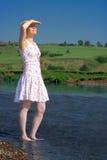 женщина стойки реки Стоковые Изображения