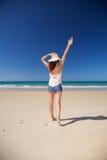 женщина сторновки шлема пляжа счастливая Стоковые Фото
