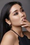 женщина стороны крупного плана азиатской привлекательной красотки предпосылки красивейшей кавказская китайская изолировала кожи г Стоковое Изображение