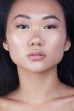 женщина стороны крупного плана азиатской привлекательной красотки предпосылки красивейшей кавказская китайская изолировала кожи г Стоковое Фото
