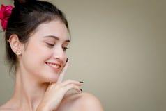 Женщина стороны улыбки с чистым касанием кожи стороны имеет сторону Стоковые Изображения RF