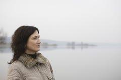 Женщина стоя близко озеро Стоковые Фотографии RF