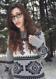 Женщина стоя в зиме Стоковые Изображения RF