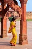 Женщина стоя в киоске ` s астролога в Fatehpur Sikri, Pr Uttar стоковая фотография rf