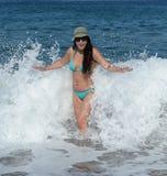 Женщина стоя в море Стоковые Фото