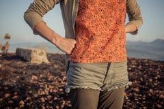 Женщина стоя в неурожайном ландшафте Стоковые Фотографии RF