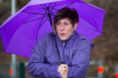 Женщина стоя в дожде и замерзает Стоковые Изображения RF