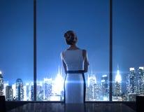 Женщина стоя в офисе Стоковые Фотографии RF