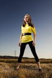 Женщина стоя в поле Стоковые Изображения RF