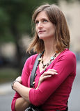 Женщина стоя в улице Стоковые Фото