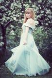 Женщина стоя в цветении Яблока Стоковое фото RF