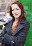 Женщина стоя городск - сложенные рукоятки стоковая фотография rf