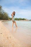 Женщина стоя колен-глубокий в воде Стоковая Фотография RF