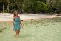 Женщина стоя колен-глубокий в воде Стоковая Фотография