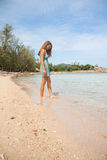 Женщина стоя колен-глубокий в воде Стоковое фото RF