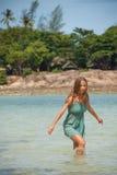 Женщина стоя колен-глубокий в воде стоковое фото