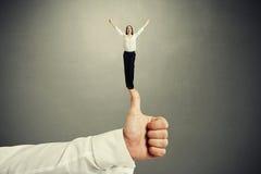 Женщина стоя на больших больших пальцах руки вверх Стоковые Фото