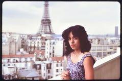 Женщина стоя на взгляде террасы на Эйфелева башне Стоковое Изображение