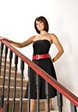 Женщина стоя на лестнице стоковое фото rf