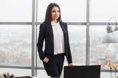 Женщина стоя на окне в офисе Стоковое Изображение RF