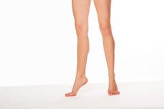 Женщина стоя на пальце ноги подсказки Стоковая Фотография