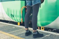 Женщина стоя на платформе поезда Стоковые Фото
