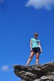 Женщина стоя на скале Стоковая Фотография RF