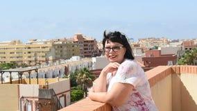 Женщина стоя на террасе и смотря море видеоматериал