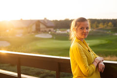 Женщина стоя на террасе Стоковые Изображения RF