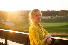 Женщина стоя на террасе Стоковое фото RF