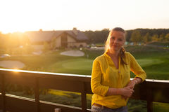 Женщина стоя на террасе Стоковые Фото