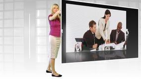 Женщина стоя перед большим экраном ТВ видеоматериал