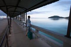 Женщина стоя при чемодан ждать паром Стоковое Изображение