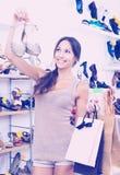 Женщина стоя с выбранными ботинками Стоковое Изображение RF