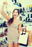 Женщина стоя с выбранными ботинками Стоковая Фотография