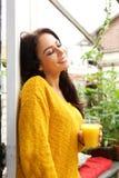 Женщина стоя с глазами закрыла с апельсиновым соком Стоковая Фотография