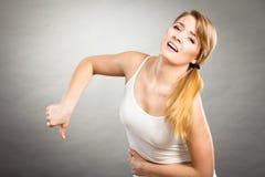 Женщина страдает от боли живота Стоковые Изображения RF
