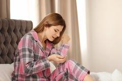 Женщина страдая от боли локтя стоковые изображения rf