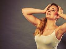 Женщина страдая от боли мигрени головной боли Стоковое фото RF