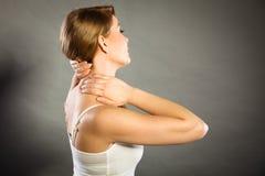 Женщина страдая от боли шеи Стоковые Фотографии RF